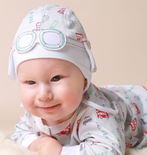 grey-hat-and-baby-grow-outfit-with-red-London-buses